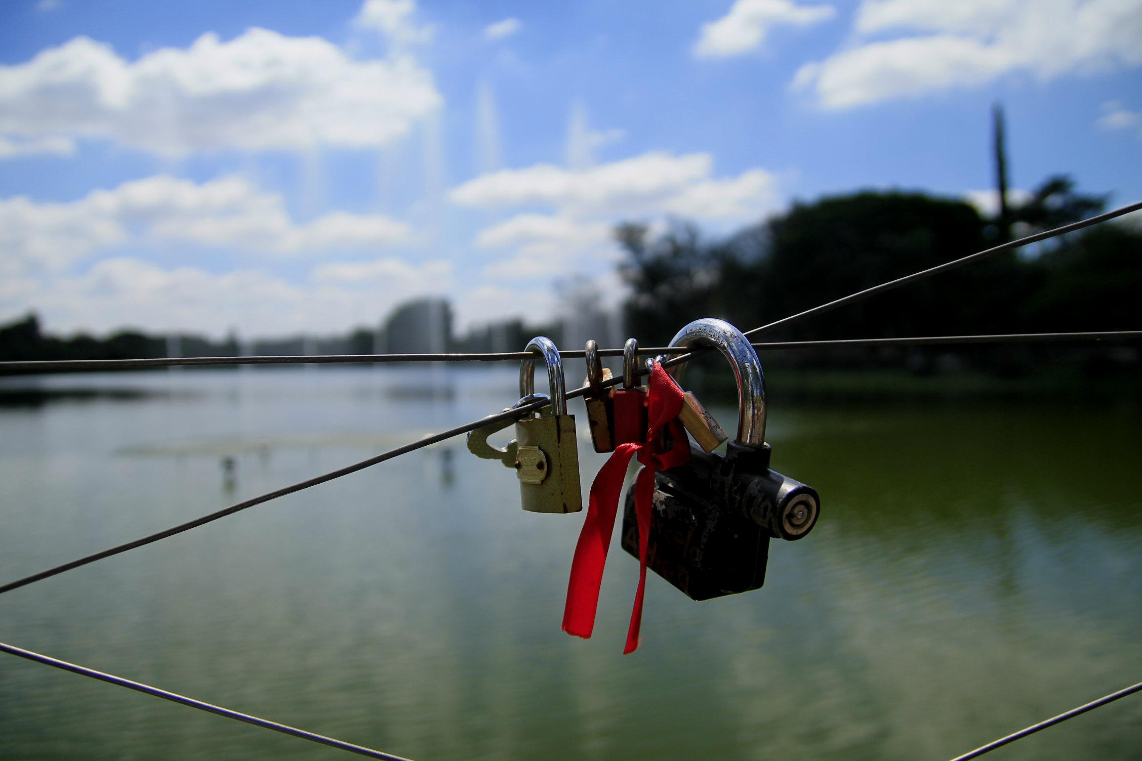 Casais colocam cadeados presos à cerca para selar união (Foto: Thaís Sabino)