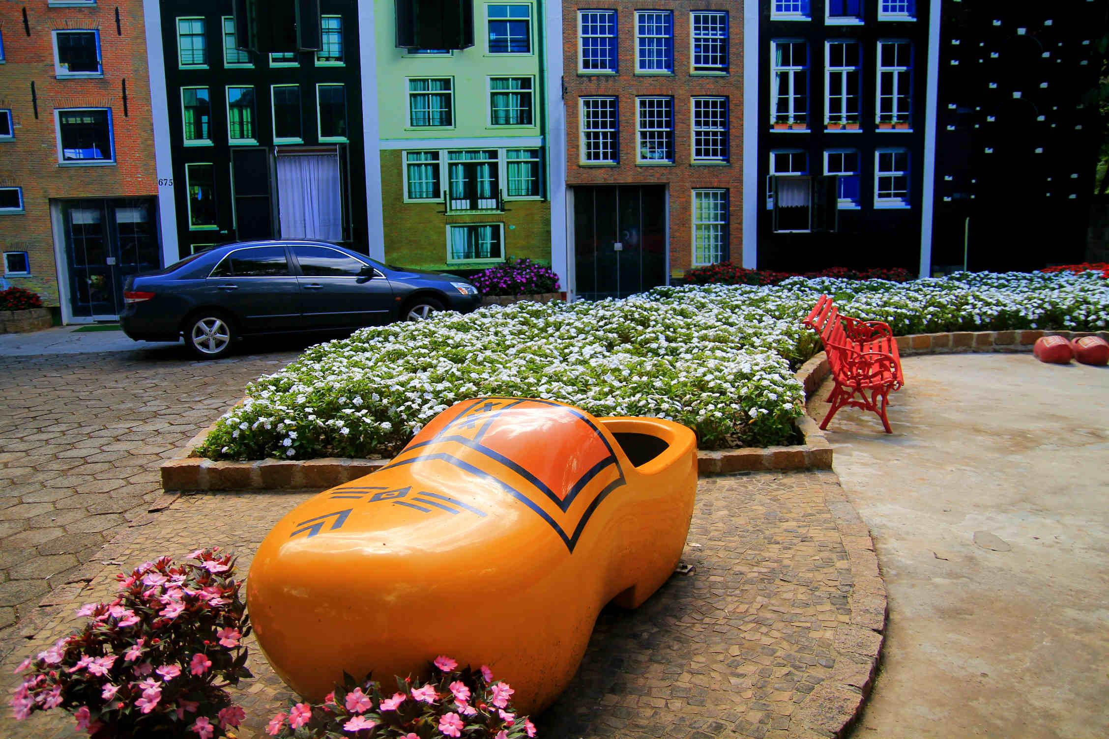 Decoração de ruas e praças remete às tradições holandesas (Foto: Thaís Sabino)