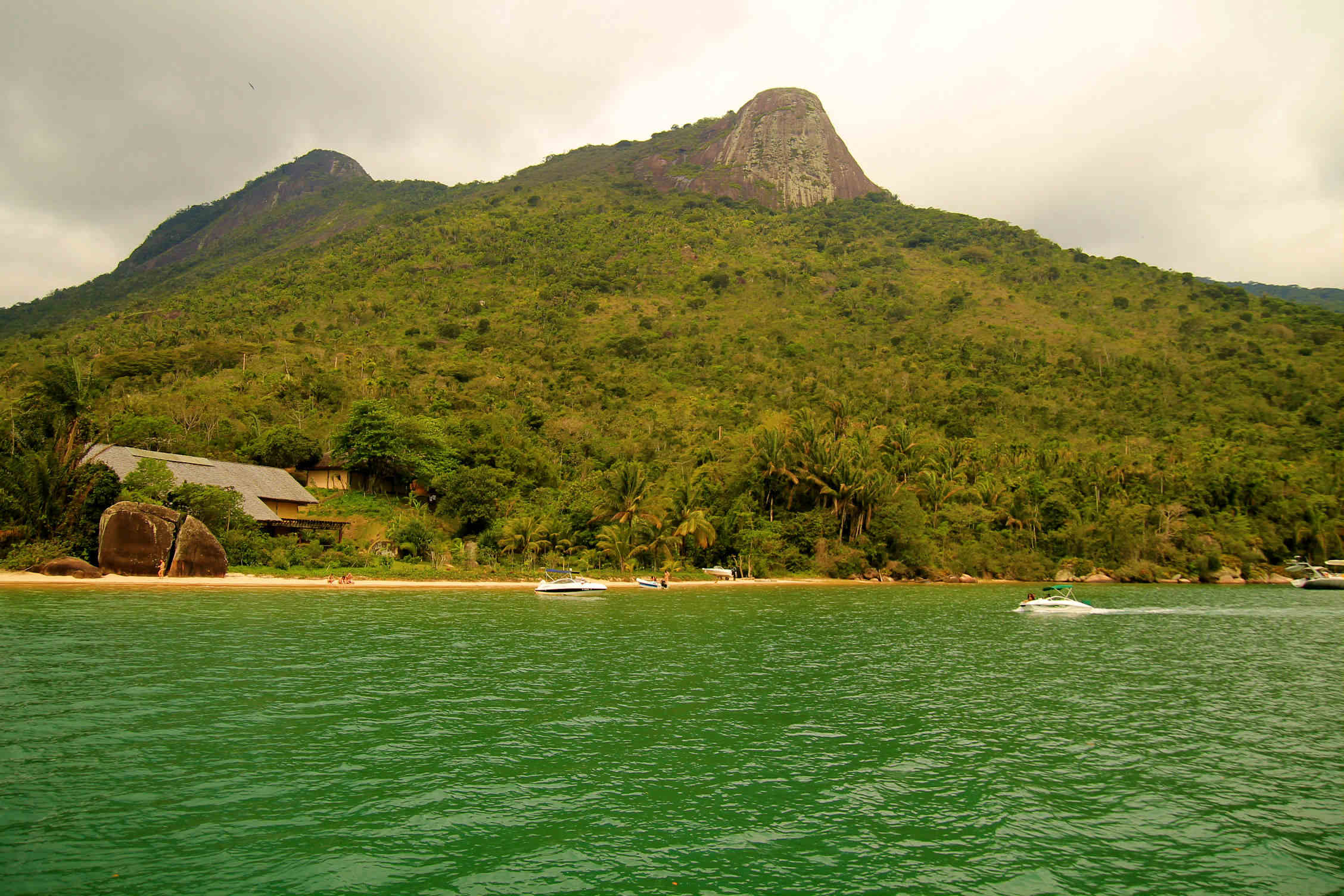 Passeio de barco pelas praias de Paraty (Foto: Thaís Sabino)